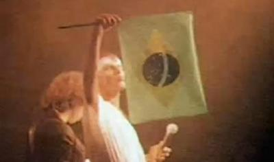 Cazuza cuspindo na bandeira do Brasil, durante o show Ideologia, 1988