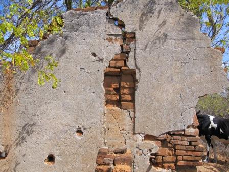 Parede baleada das ruínas da casa da avó de Lampião, em Serra Talhada-PE. Tirei esta foto em 14 de Julho de 2012. Os buracos de bala ainda resistem.